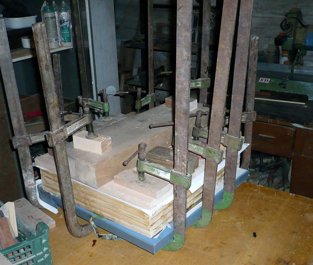 Fase di incollaggio delle cinque tavole in betulla